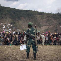 Un soldado del ejército congoleño monta guardia durante una visita oficial al campamento de desplazados internos de Bijombo, provincia de Kivu del Sur, República Democrática del Congo oriental. | Foto:Alexis Huguet / AFP
