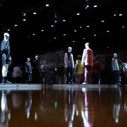 Esta imagen de larga exposición muestra a personas que visitan una instalación que presenta creaciones de la marca de moda TAAKK del diseñador Takuya Morikawa para la colección primavera / verano 2021 en la Semana de la Moda de Tokio. | Foto:Philip Fong / AFP