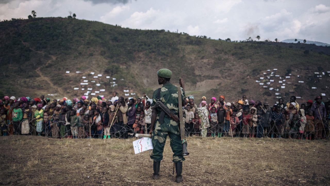Un soldado del ejército congoleño monta guardia durante una visita oficial al campamento de desplazados internos de Bijombo, provincia de Kivu del Sur, República Democrática del Congo oriental.   Foto:Alexis Huguet / AFP