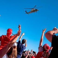 Los partidarios saludan mientras el Marine One con el presidente de los Estados Unidos, Donald Trump, despega después de un mitin en el Aeropuerto Regional de Prescott en Prescott, Arizona.   Foto:Olivier Touron / AFP