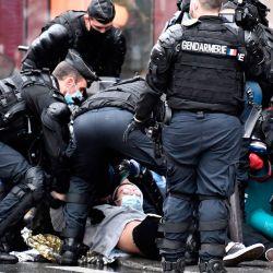 Un activista del grupo de protesta ambiental Extinction Rebellion (XR) es detenido por gendarmes franceses en una calle de París, durante una manifestación como parte de una semana de acciones del grupo.   Foto:STEPHANE DE SAKUTIN / AFP