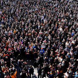 La gente se reúne en la Place du Capitole en Toulouse, en homenaje al profesor de historia Samuel Paty, dos días después de que fue decapitado por un atacante que fue asesinado a tiros por policías. - Miles de personas se manifestaron en París y otras ciudades francesas en una muestra de solidaridad y desafío después de que un maestro fuera decapitado por mostrar a los alumnos dibujos animados del profeta Mahoma. | Foto:Georges Gobet / AFP
