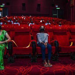 Las personas invitadas a una proyección especial ven la película de Bollywood 'Tanhaji' en un cine en Nueva Delhi. Algunos estados aún mantienen los cines cerrados en medio de la pandemia del coronavirus Covid-19.   Foto:Prakash Singh / AFP