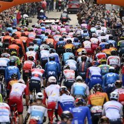 Italia, Udine: el pelotón de ciclistas recorre la ruta de la carrera durante la 16a etapa de la carrera ciclista Giro d'Italia 2020, a 229 km de Udine a San Daniele del Friuli.   Foto:Marco Alpozzi / LaPresse vía ZUMA Press / DPA