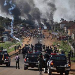 La policía nigeriana dispara gases lacrimógenos contra personas durante los enfrentamientos entre jóvenes en Apo, Abuja, Nigeria, luego de las manifestaciones en curso contra la brutalidad injusta de la Unidad de la Fuerza de Policía de Nigeria, el Escuadrón Especial Antirrobo (SARS).   Foto:Kola Sulaimon / AFP