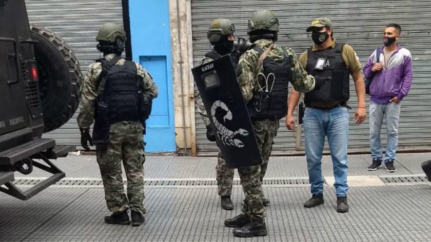 En plena suba del dólar, Gendarmería allanó