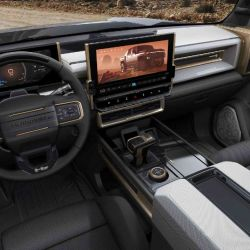 Su interior cuenta con un instrumental digital de 12,3 pulgadas, que se complementa con una pantalla de 13,4.