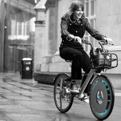 Básicamente, cuando uno anda en bicicleta, la rueda gira y a través de esta turbina capta el aire sucio, lo filtra y lo expulsa limpio.