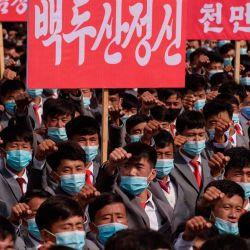 Los participantes con máscaras faciales se reúnen durante una manifestación que marca el inicio de una 'Campaña de 80 días' en apoyo del próximo 8 ° Congreso del Partido de los Trabajadores de Corea (WPK) que se celebrará en enero de 2021, en la plaza Kim Il Sung de Pyongyang. | Foto:Kim Won Jin / AFP