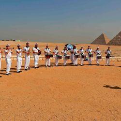 Bagad Lann Bihoue, banda de gaitas de la Armada francesa, toca en la necrópolis de las pirámides de Giza en las afueras del suroeste de la capital egipcia, El Cairo. | Foto:Khaled Desouki / AFP