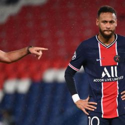 El delantero brasileño del Paris Saint-Germain, Neymar, reacciona durante el partido de fútbol de ida del Grupo H de la UEFA Europa League entre el Paris Saint-Germain (PSG) y el Manchester United en el estadio Parc des Princes de París. | Foto:FRANCK FIFE / AFP