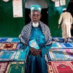 Un imán posa en una mezquita en el popular barrio opositor de Bambeto en Conakry. | Foto:John Wessels / AFP