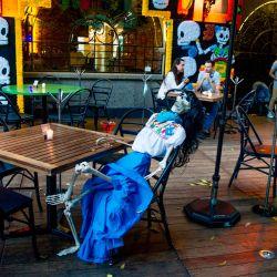 Vista de una llamada Calaca (figura de una calavera o esqueleto) comúnmente utilizada para decoración durante el Día de Muertos mexicano, se utiliza para mantener medidas de distanciamiento social, en un restaurante del barrio de Coyoacán, en medio de la pandemia del nuevo coronavirus en la Ciudad de México. | Foto:CLAUDIO CRUZ / AFP