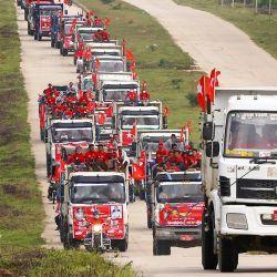 Los partidarios del partido Liga Nacional para la Democracia (NLD) viajan en camiones durante un mitin de campaña en Naypyidaw, antes de las elecciones generales. | Foto:Thet Aung / AFP