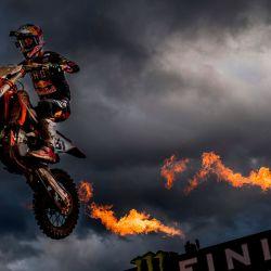 El español Jorge Prado García celebra mientras cruza la línea de meta para ganar el Gran Premio de motocross MXGP, carrera número 14 (de 18) del Campeonato del Mundo de Motocross FIM, en Lommel. | Foto:JASPER JACOBS / AFP