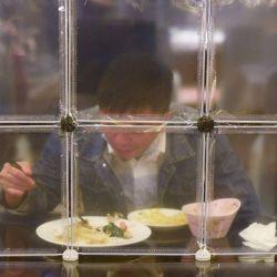 Esta foto muestra un restaurante que separa a los comensales con tabiques de mesa como medida preventiva contra el coronavirus Covid-19 en Ningbo, en la provincia de Zhejiang, en el este de China. | Foto:STR / AFP