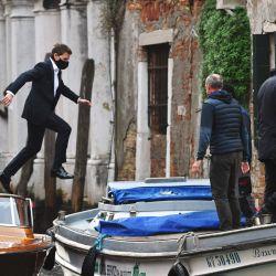 El actor estadounidense Tom Cruise salta entre dos taxiboats durante el rodaje de la película  | Foto:ANDREA PATTARO / AFP