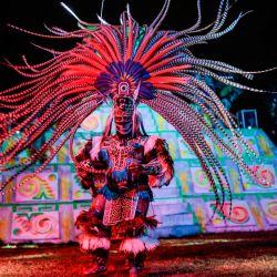 Bailarines que representan a los indígenas mexica se presentan en la obra folclórica La Llorona, en el muelle Cuemanco en las  | Foto:Pedro Pardo / AFP