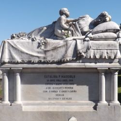 Monumento a Catalina Maggiolo en el cementerio de Lobería.