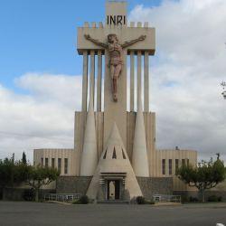 El cementerio de Laprida está precedido por una de las monumentales obras de Francisco Salamone.