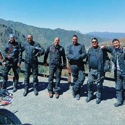 En el Mirador en la Reserva Natural Villavicencio, los integrantes de la caravana en dos ruedas rodean al guía, Yago.