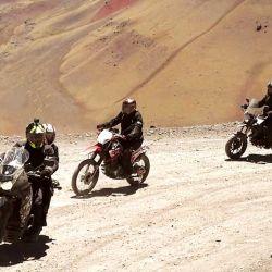 Subiendo los Andes con todo el equipo en tramos de mucho ripio y curvas.