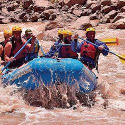 Rafting en Potrerillos, en el río Mendoza, donde la autora está acompañada por Mariano Garbini, Matías Mazzuccheli, Mariano Diez Ojeda y Martín Pinto.