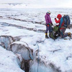 Durante la cordada manteníamos una distancia de cuerda de 12 m, que nos daba las precauciones necesarias en caso de caer a una grieta.