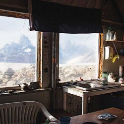 El refugio chileno Gorra Blanca cuenta con varias camas cucheta y es un sitio seguro en caso de que  el clima se complique.