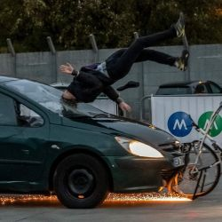 Un automóvil choca con un maniquí en una bicicleta durante una prueba de choque en París. | Foto:Bertrand Guay / AFP