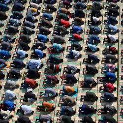 Los musulmanes de Cachemira ofrecen oraciones de los viernes a orillas del río Jhelum mientras mantienen el distanciamiento social como medida preventiva contra el coronavirus Covid-19, en Srinagar. | Foto:Tauseef Mustafa / AFP