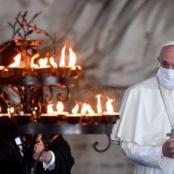 El Papa Francisco con una máscara facial asiste a una ceremonia por la paz con representantes de varias religiones en la Plaza Campidoglio en Roma. | Foto:Andreas Solaro / AFP