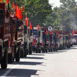 Los partidarios del partido Liga Nacional para la Democracia (NLD) viajan en camiones durante un mitin de campaña en Naypyidaw, antes de las elecciones generales del 8 de noviembre. | Foto:Thet Aung / AFP