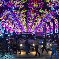 Los peatones cruzan una calle decorada con decoraciones festivas antes de Diwali, el festival hindú de las luces, en el distrito de Little India de Singapur. | Foto:Roslan Rahman / AFP