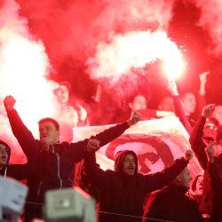 Los seguidores del Dinamo encienden bengalas durante el partido de fútbol de ida del Grupo K de la UEFA Europa League entre el GNK Dinamo y el FC Feyenoord en Zagreb. | Foto:Damir Sencar / AFP