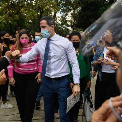 El líder opositor venezolano Juan Guaidó saluda a sus seguidores al llegar a un mitin sobre el lanzamiento de la campaña  | Foto:Federico Parra / AFP