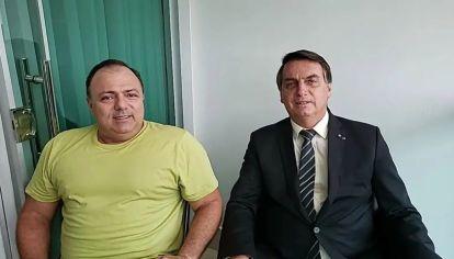 El presidente Jair Bolsonaro junto a su ministro de Salud