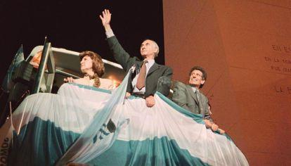La formula de la Alianza Fernando de la Rua y Carlos Alvarez saludan en la plaza de la Republica luego de resultar electa.