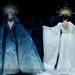 Los modelos muestran creaciones de la colección Heaven Gaia de Xiong Ying durante la Semana de la Moda de China en Beijing. | Foto:WANG ZHAO / AFP
