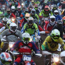 Los motociclistas toman el inicio de la 37a edición de la carrera de motocross de enduro Gotland Grand National, en Visby. | Foto:Soren Andersson / TT NEWS AGENCY / AFP