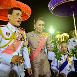 El rey Maha Vajiralongkorn de Tailandia, la reina Suthida y la princesa Bajrakitiyabha Mahidol saludan a los partidarios realistas después de una ceremonia budista para el difunto rey Chulalongkorn en Bangkok. | Foto:Lillian Suwanrumpha / AFP