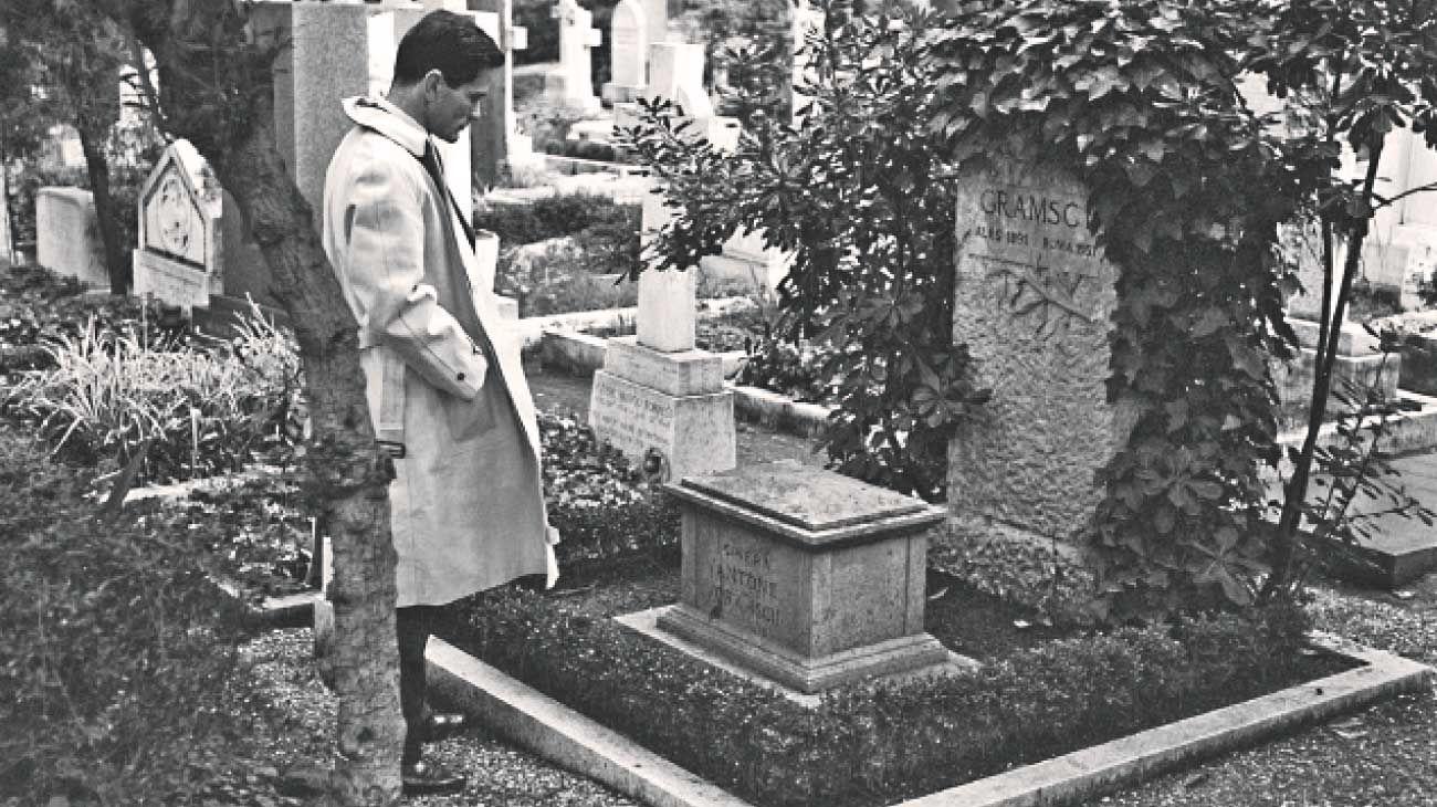 Pasolini. El escritor frente a la tumba de Antonio Gramsci, en Roma.