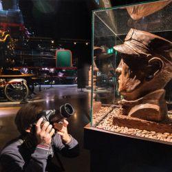 Bélgica, Bruselas: un visitante toma una foto de la escultura de la cabeza de un director hecha de chocolate durante la exposición Choco Loco en el Train World Museum. | Foto:Benoit Doppagne / BELGA / DPA