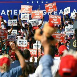 El presidente de los Estados Unidos, Donald Trump, habla durante un mitin de campaña en el recinto ferial del condado de Robeson en Lumberton, Carolina del Norte. | Foto:MANDEL NGAN / AFP