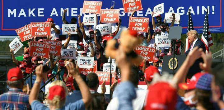 El presidente de los Estados Unidos, Donald Trump, habla durante un mitin de campaña en el recinto ferial del condado de Robeson en Lumberton, Carolina del Norte.