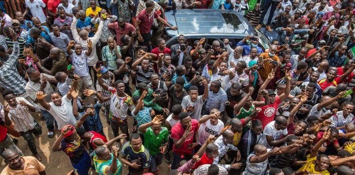 Guinea, Conakry: Partidarios del líder de la oposición de Guinea, Cellou Dalein Diallo, se reúnen frente a la sede de las Fuerzas Democráticas de la Unión de Guinea mientras Diallo declara su victoria en las elecciones presidenciales.