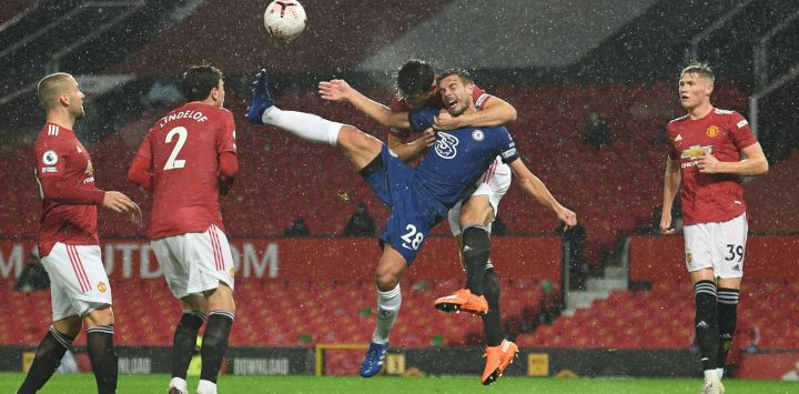 El defensor inglés del Manchester United Harry Maguire desafía al defensor español del Chelsea César Azpilicueta en el aire durante el partido de fútbol de la Premier League inglesa entre Manchester United y Chelsea en Old Trafford en Manchester, noroeste de Inglaterra.