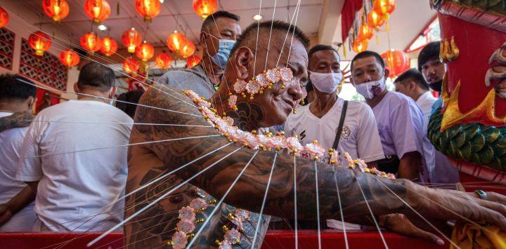 Tailandia, Phuket: un participante se perfora las mejillas y los brazos con objetos afilados durante un ritual celebrado como parte del Festival Vegetariano anual de Phuket, también conocido como el festival de los Nueve Dioses Emperadores, que incluye a los devotos taoístas que se abstienen de consumir productos animales y se adhieren a otros restricciones durante la duración de las festividades.