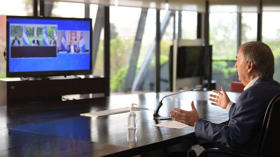 ÚLTIMO ENCUENTRO VIRTUAL. Schiaretti, Fernández y el gobernador de Santa Fe, Omar Perotti, junto al embajador de Kuwait en una nueva confirmación de la construcción del acueducto Santa Fe- Córdoba.