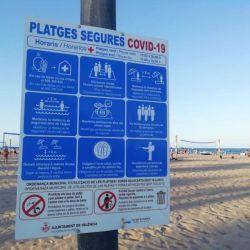 Así son los carteles en la playa de Valencia.